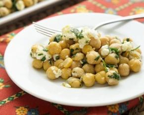 طريقة تحضير سلطة الحمص بالجبن الفيتا والخضار